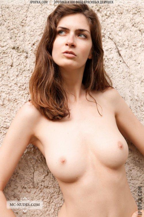 Голая девушка и ее красивое женское тело с идеальными пропорциями