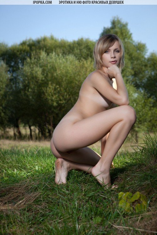 красавица обнажилась прямо на траве