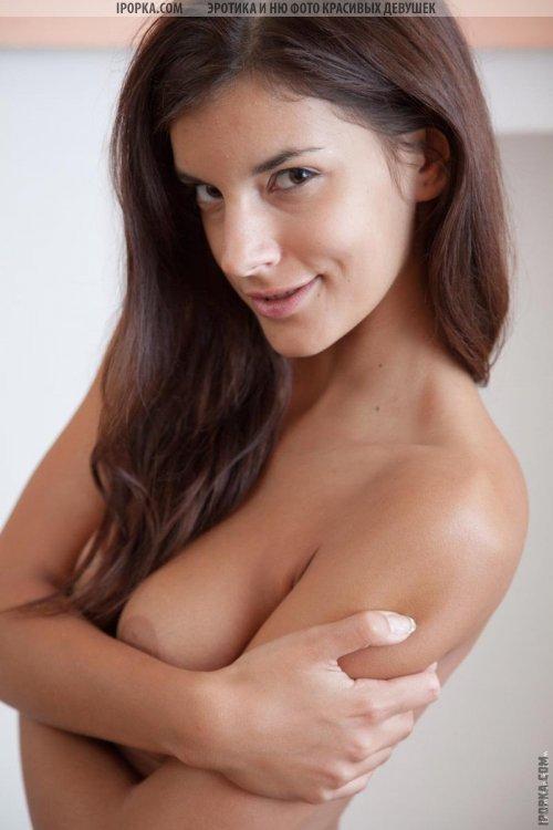 Классная голая девочка с очень красивым стройным телом