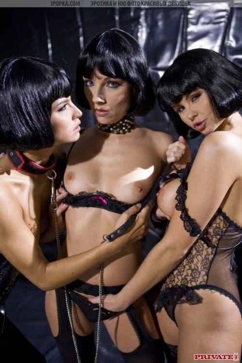 Три мрачные шлюхи трахают себя в стиле готики