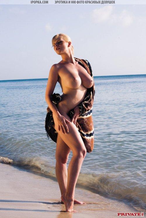 Девка с сочными формами на курорте