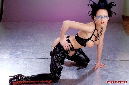 Сумасшедший костюм придает немного безумия интересной девушке