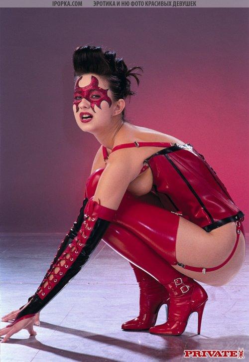 Красный костюм соблазнительницы, очень к лицу молодой нимфе