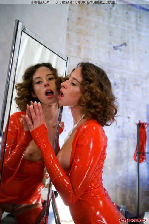 Кучерявая бестия в причудливом наряде красного цвета соблазняет