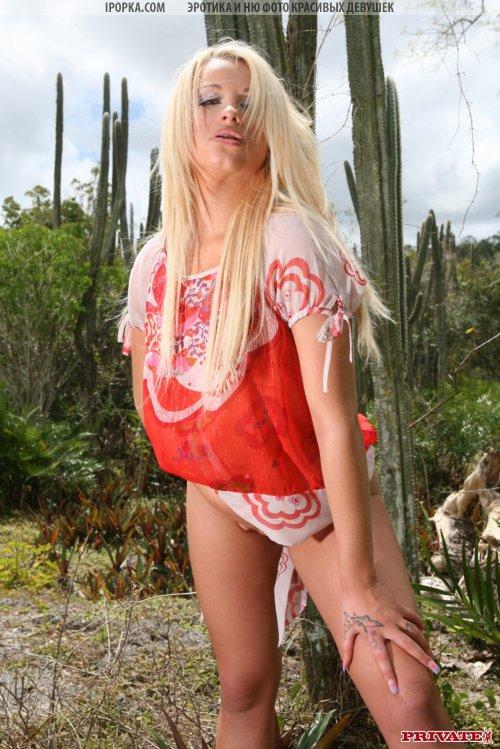 Красивая блондиночка в откровенно сексуальных шортиках красного цвета