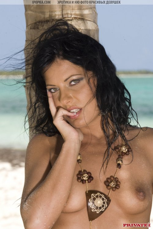 Несколько фотографий где она лежит сиськами на песке, подставляя  к объективу попку