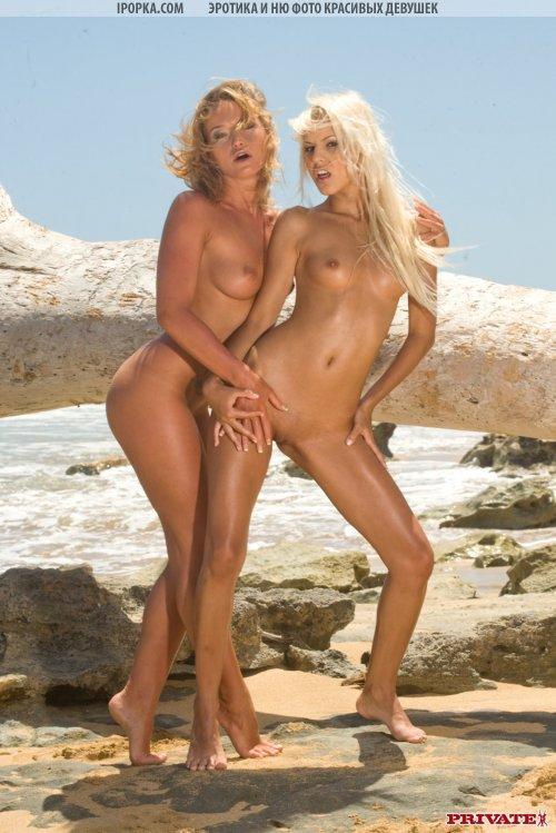 На необитаемом острове две лесбияночки
