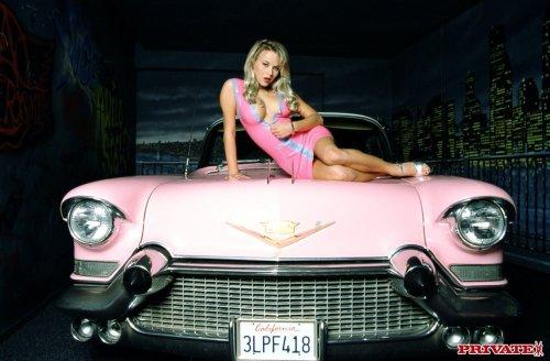 Зрелая блондинка трусит сиськами на капоте розовой ретро машины