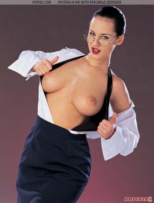 Сексуальная училка приоткрывает белую блузку