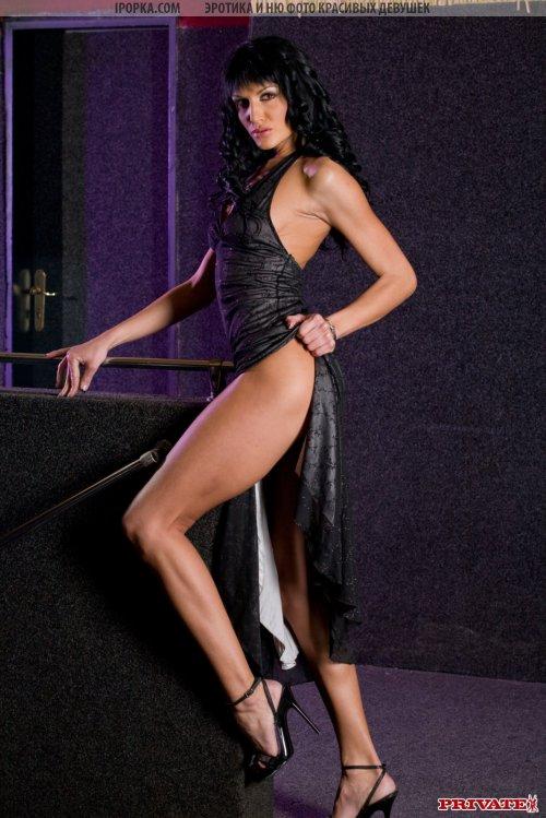 Эффектная леди в черном платье с большим вырезом любезно снимает его с себя