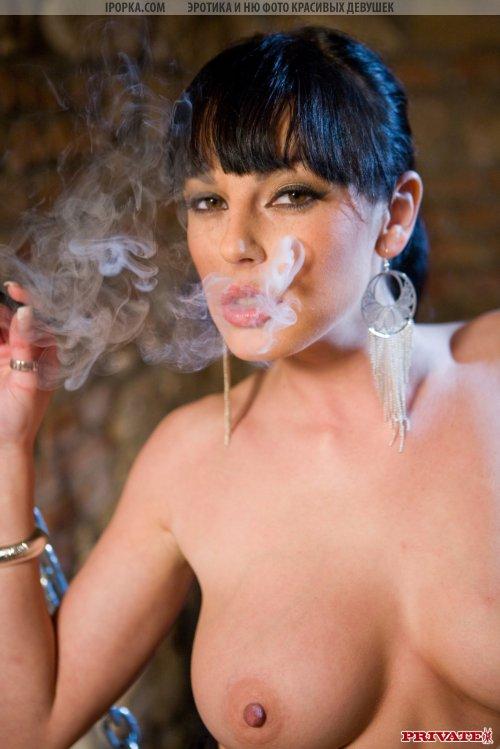 Зрелая дама курит сигареты