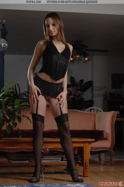 Пылкая женщина демонстрирует свою сексуальность