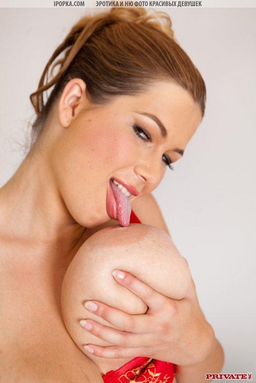Женщина с огромными дойками на перевес позирует