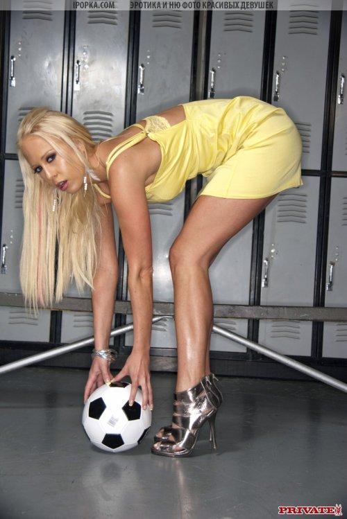 Страстная блондиночка рекламирует спортивный инвентарь
