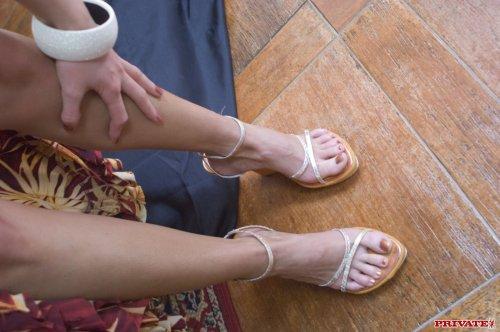 Она должна ублажить своего мужа ножками