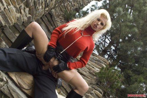 В этой блондинке полным полно секса
