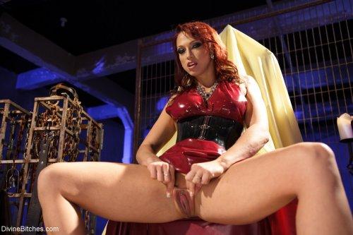 Развратница в красном латексном платье показывает киску крупным планом