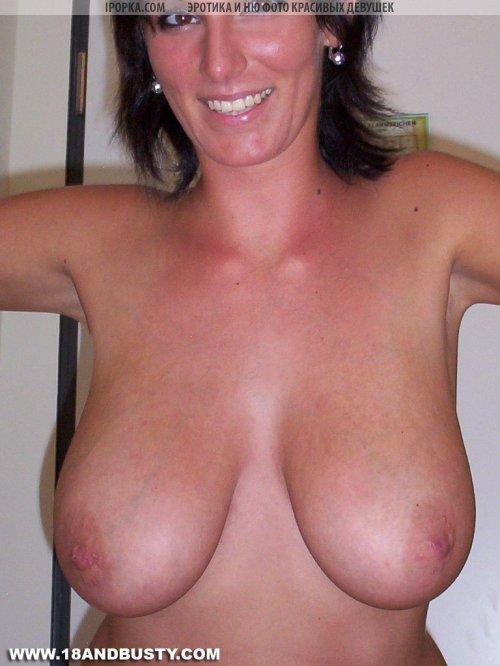 Брюнетка показывает голые большие сиськи фото