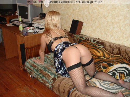 Русская шалава Катя позирует пьяная на кровате