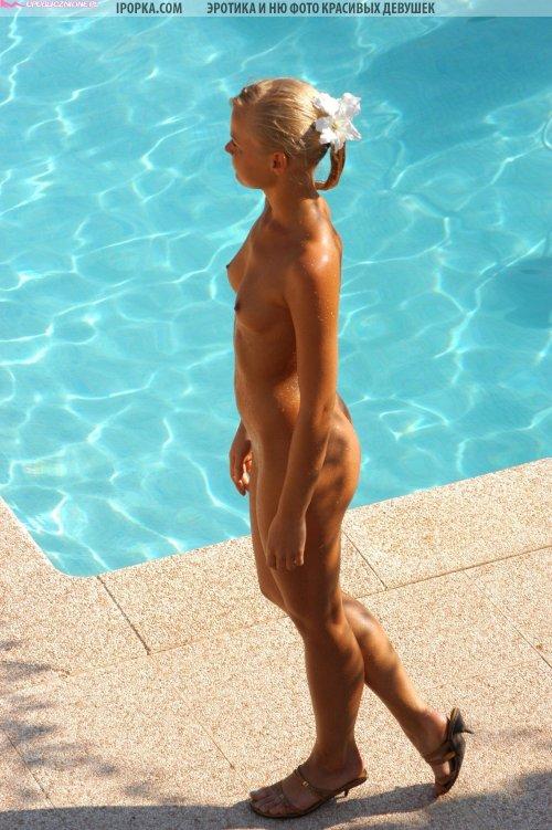 Красивая молодая гимнастка отдыхает на море