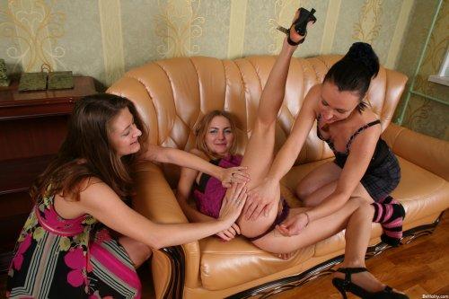 Три русские лесбиянки лижут киски друг друга