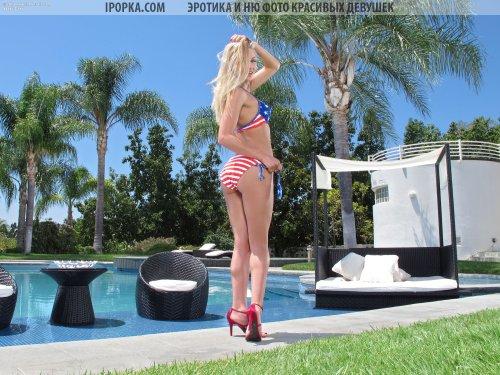 Кайфовая блондинка у бассейна снимает купальник