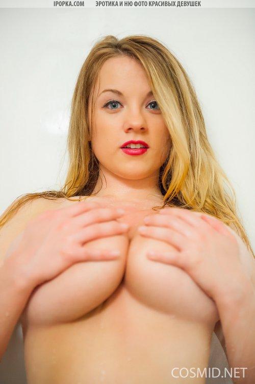 Молодая девуля под душем с огромными дойками