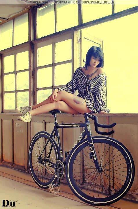 Девушки в коротких шортах на велосипеде подборка