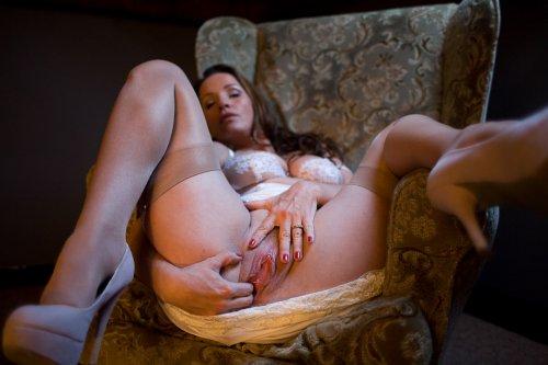 Фото зрелой красивой дамы в чулках