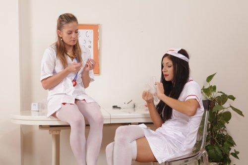 Две медсестрички играют с кисками друг друга