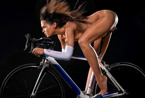 Обнаженные девушки с велосипедами подборка