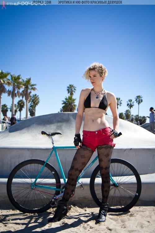 Девушки в красивом белье на велосипедах подборка