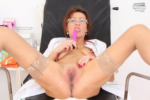 Русская старая медсестра раскидывает ножки на кресле