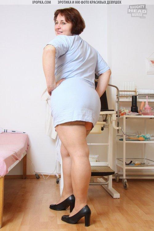 Толстая озабоченная медсестра раскрыла письку