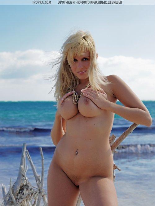 Фото в стиле ню смачной блондинки на пляже