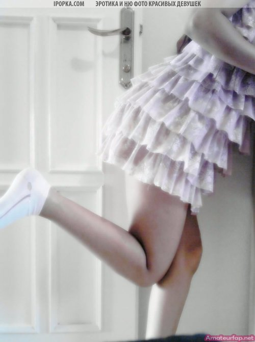 Девушка делает селфи, смуглая красотка