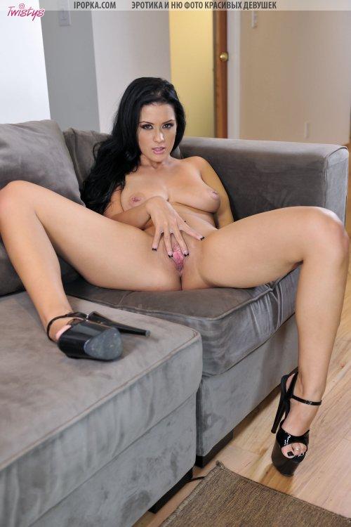 Сексуальная сисястая Катерина снимает трусики