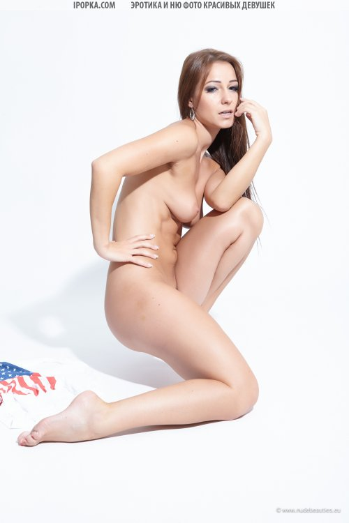Голая американская девушка позирует в сексуальных позах