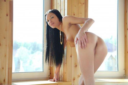 Красивая худышка позирует голенькой на даче