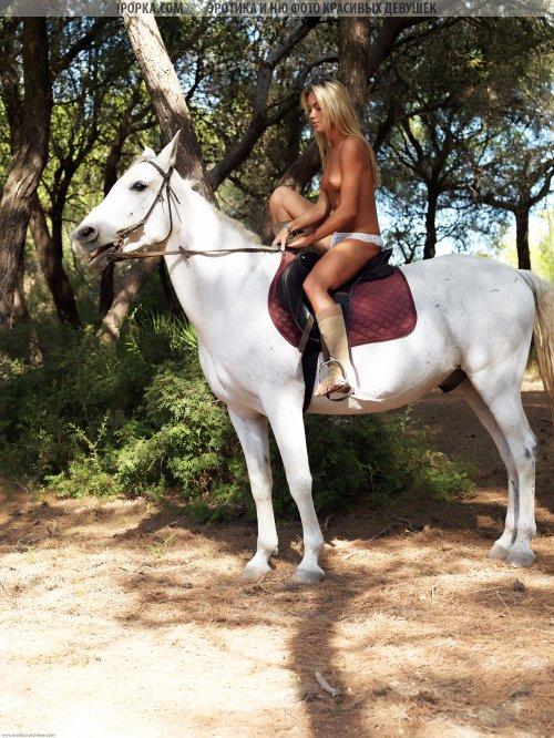 Шикарная голая блондинка на лошади