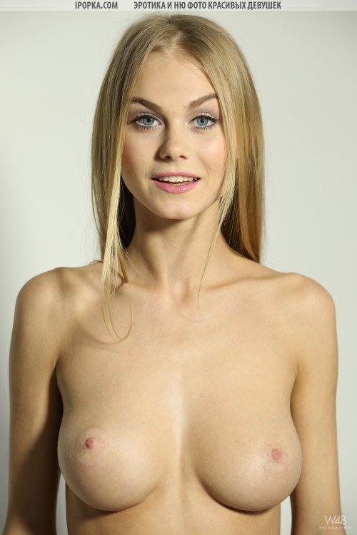 Худая блондинка снимается в обнаженной фотосессии