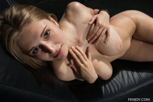 Натуральные большие сиси у худенькой блондиночки