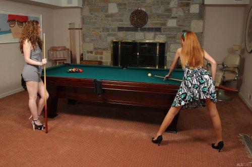 Молоденькие лесбиянки играют в бильярд