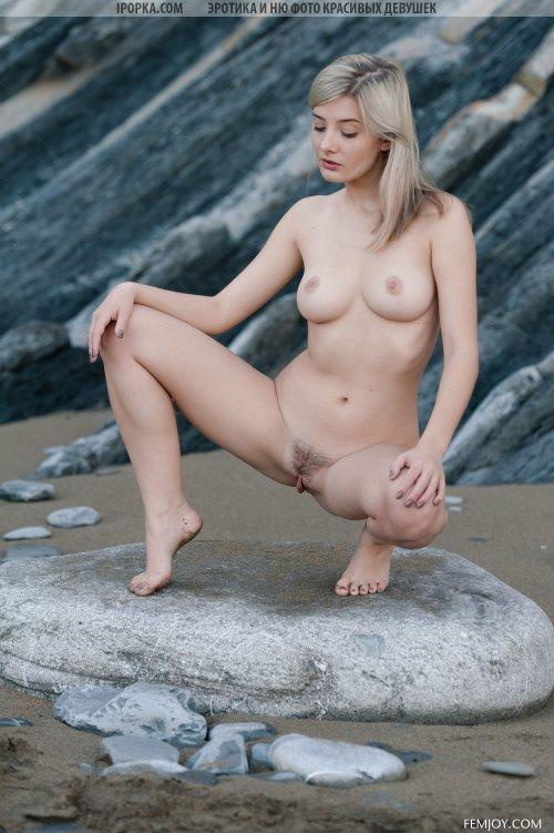 Голая волосатая красотка позирует у моря