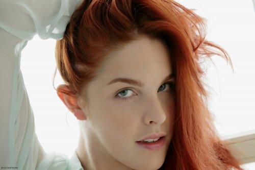 Голая рыжая красавица с волосатой писей