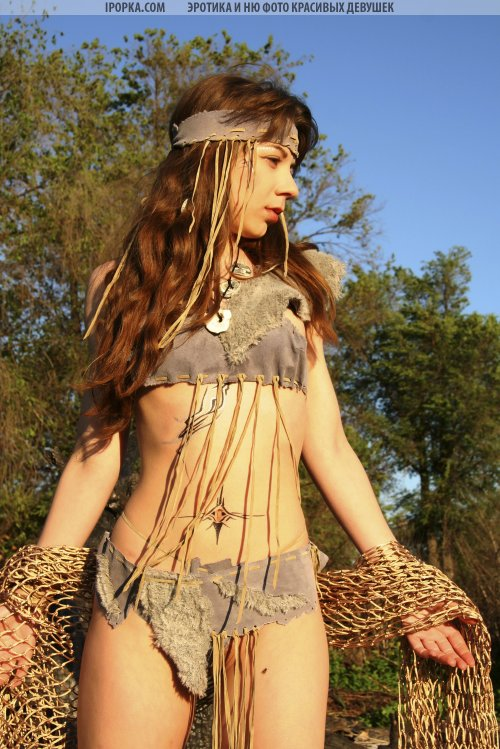 Девушка с сексуальном костюме индианки