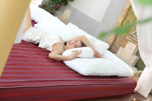 Сексуальная брюнетка с красивой писей позирует на кровате