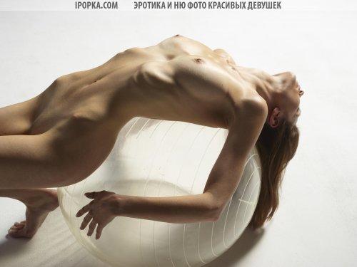 Голая гимнастка позирует на шаре