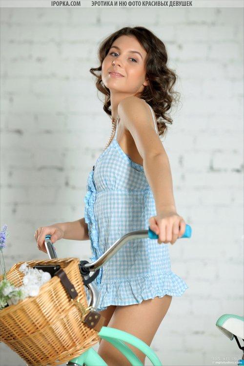 Голая девушка на велосипеде фото