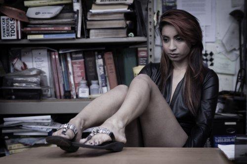 Фото юной голой девушки в библиотеке